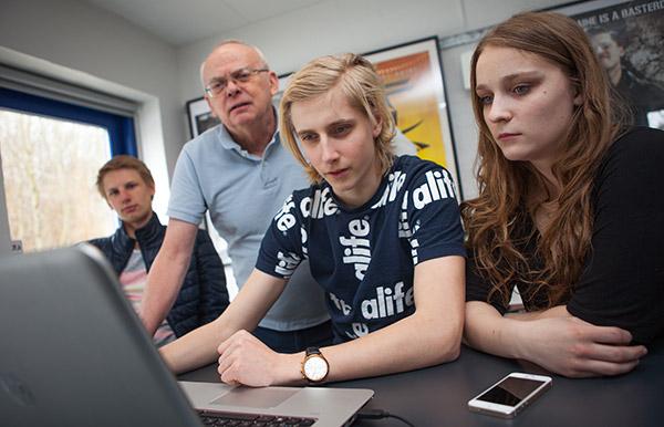 Mediefagseleverne på Fjerritslev Gymnasium – her sammen med mediefagslærer Otto Pretzmann – får gennem projektet mulighed for at anvende teorier i praksis.