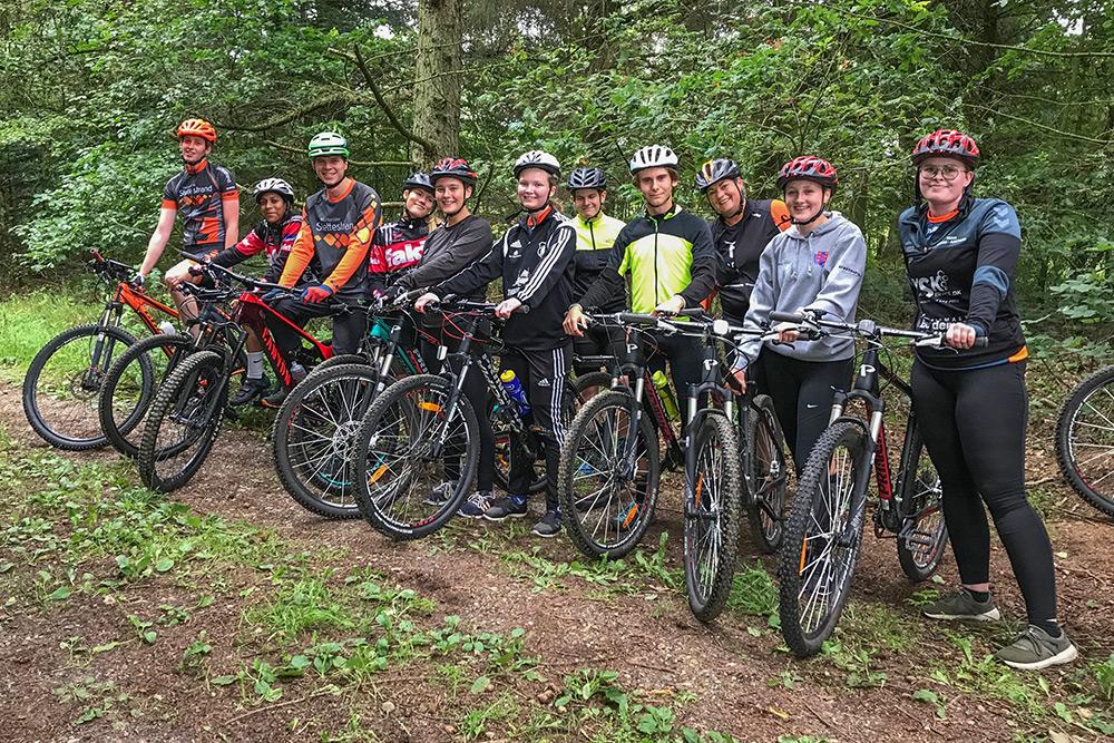 Elever på mountainbiketur