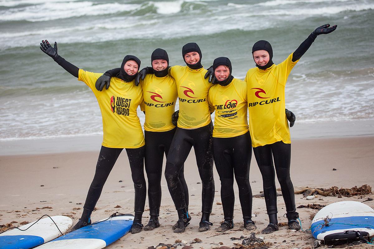 Elever surfer i Klitmøller